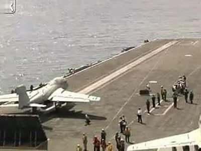 实拍飞机是怎么在轮船上降落起飞的