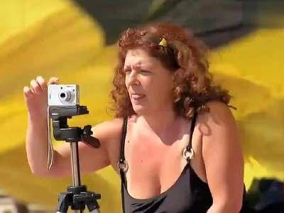 沙滩比基尼美女恶搞 从天而降的跳伞员一头插进沙滩