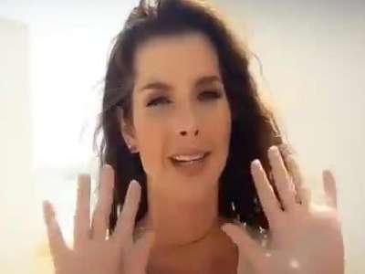 美女户外拍摄性感片 撩人身姿惹人眼