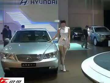 现代展台的清纯美女车模