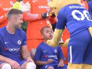 9岁蓝军小球迷造访 切尔西全队为他过生日